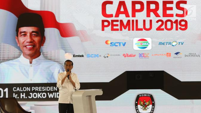 Capres nomor urut 01 Joko Widodo atau Jokowi memaparkan visi misi dalam debat keempat Pilpres 2019 di Hotel Shangri-La, Jakarta, Sabtu (30/3). Debat kali ini mengangkat tema tentang ideologi, pemerintahan, pertahanan dan keamanan, serta hubungan internasional. (Liputan6.com/JohanTallo)