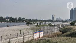 Petugas keamanan berjalan di lokasi proyek reklamasi Ancol, Jakarta, Rabu (8/7/2020). Polemik Reklamasi Ancol terjadi setelah Gubernur Anies Baswedan menerbitkan Keputusan Gubernur Daerah Khusus Ibukota Jakarta Nomor 237 Tahun 2020 terkait izin pelaksanaan. (merdeka.com/Iqbal S. Nugroho)