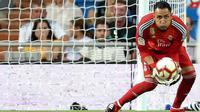 Kiper Real Madrid, Keylor Navas berusaha menangkap bola saat bertanding melawan Getafe pada lanjutan La Liga Spanyol di stadion Santiago Bernabeu, Madrid, (19/8). Madrid menang 2-0 atas Getafe. (AP Photo/Andrea Comas)