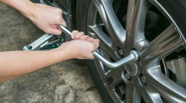 Buka dulu baut ban sebelum membersihkan rem cakram mobil