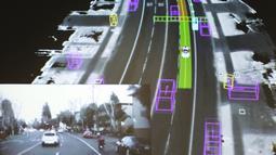 Video yang diambil Google self-driving car, inset, digabungkan dengan adegan jalan yang sama sebagai data yang divisualisasikan dengan mobil selama presentasi di media prototipe kendaraan otonom Google, California, AS (29/9/2015). (REUTERS/Elia Nouvelage)