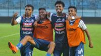 Ridwan Tawainella, Rivaldi bawuo, Alfin Tuasalamony, dan Ricky Ohorella makin akrab di Arema. (Bola.com/Iwan Setiawan)