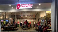 PSSI membuka sebuah gerai bernama Garuda Sports yang bisa menjadi tempat bagi para pecinta sepak bola nasional untuk berdiskusi, mencari jersey dan atribut tim-tim di Indonesia. Garuda Sports dibuka di Stadion Utama Gelora Bung Karno, Senayan. (Bola.com/Muhammad Adiyaksa)