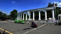 Pengendara melintasi jalan yang sepi di Kawasan Tugu Kujang, Bogor, Jawa Barat, Rabu (15/4/2020). Pemerintah telah resmi menerapkan Pembatasan Sosial Berskala Besar (PSBB) di wilayah Bogor per hari ini dalam rangka percepatan penanganan COVID-19. (merdeka.com/Arie Basuki)