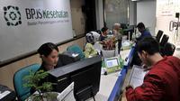 Petugas BPJS Kesehatan melayani warga di kawasan Matraman, Jakarta, Rabu (28/8/2019). Sedangkan, peserta kelas mandiri III dinaikkan dari iuran awal sebesar Rp 25.500 menjadi Rp 42.000 per bulan. Hal itu dilakukan agar BPJS Kesehatan tidak mengalami defisit hingga 2021. (merdeka.com/Iqbal S Nugroho)
