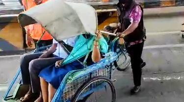 Sebuah becak masuk Jalan Tol Surabaya-Gresik. (Dian Kurniawan/Liputan6.com)
