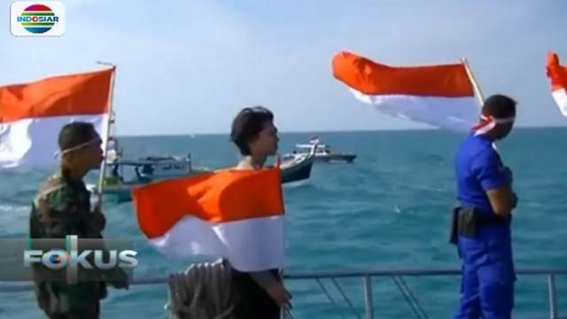 Baharkam Polairud dan TNI bersama nelayan melaksanakan upacara di tengah laut lepas.