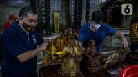 Para jemaat membersihkan patung yang ada di Vihara Amurva Bhumi, Jakarta, Kamis (4/2/2021). Ritual mencuci patung dewa serta bersih-bersih ini dilakukan dalam rangka menyambut perayaan Tahun Baru Imlek 2572. (Liputan6.com/Faizal Fanani)