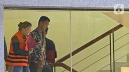 Asisten Komisioner KPU Wahyu Setiawan, Agustiani Tio Fridelia (kiri) usai menjalani pemeriksaan di Gedung KPK, Jakarta, Jumat (10/1/2020). KPK menahan Agustiani yang sebelumnya ditetapkan sebagai tersangka kasus suap terkait PAW anggota DPR RI periode 2019-2024. (Liputan6.com/Herman Zakharia)