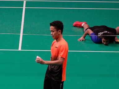 Tunggal putra Indonesia, Anthony Ginting, memegang kok saat melawan Soong Joo Ven pada final beregu SEA Games 2019 di Multinlupa Sport Center, Filipina, Rabu (4/12/2019). Ginting menang 13-21, 21-15, dan 21-18. (Bola.com/M Iqbal Ichsan)