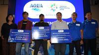 Momen ketika pihak Aqua menyerahkan hadiah kepada para pemenang lomba foto kategori media di Asian Games 2018.