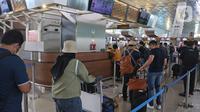 Calon penumpang mengantre di pelayanan tiket di Terminal 3 Bandara Soekarno Hatta, Tangerang, Banten, Selasa (10/11/2020). Garuda Indonesia dan Citylink juga memberlakukan pembebasan biaya reschedule mupun refund tiket bagi penumpang yang terdampak kemacetan. (Liputan6.com/Herman Zakharia)