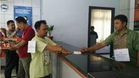 Rekonstruksi yang dilakukan tersangka pencuri buku tabungan dengan saksi pengganti dari kepolisian Kedungtuban, Cepu. (Liputan6.com/Ahmad Adirin)
