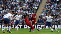 Striker Liverpool, Roberto Firmino, berebut bola dengan bek Tottenham Hotspur, Eric Dier, pada laga Premier League di Stadion Wembley, Sabtu (15/9/2018). Tottenham Hotspur takluk 1-2 dari Liverpool. (AFP/Ian Kington)