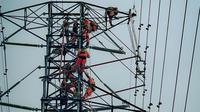 Tim elite PLN membetulkan jaringan listrik di Malang. (Dian Kurniawan/liputan6.com)
