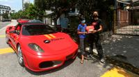Restoran pizza antar pesanan konsumen pakai Ferrari. (World off Buzz)