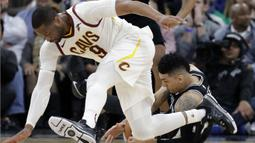 Pemain Cleveland Cavaliers, Dwyane Wade (9)  berebut bola dengan pemain San Antonio Spurs, Danny Green (kanan) pada lanjutan NBA di basketball game di AT&T Center, San Antonio, (23/1/2018). Spurs menang atas Cleveland 114—102. (AP/Eric Gay)