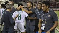 Pelatih Timnas Indonesia, Luis Milla, merangkul Muhammad Hargianto usai melawan Vietnam pada laga SEA Games di Stadion MPS, Selangor, Selasa (22/8/2017). Kedua negara bermain imbang 0-0. (Bola.com/Vitalis Yogi Trisna)