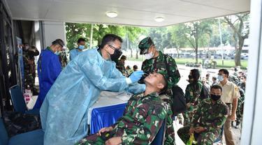 Personel militer dan PNS TNI AL Melakukan Swab Antigen