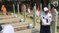 Pelajar melakukan ziarah saat peringatan Hari Pahlawan Nasional di Taman Makam Pahlawan (TMP) Utama Kalibata, Jakarta Selatan, Minggu (10/11/2109). Ziarah tersebut digelar dalam rangka peringatan Hari Pahlawan 10 November 2019. (Liputan6.com/Herman Zakharia)