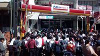 Ratusan pelamar calon pegawai alfamart Garut nampak menyemut menunggu panggilan interview kerja di salah satu ritel terbesar tanah air tersebut (Liputan6.com/Jayadi Supriadin)