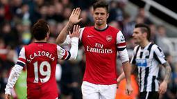 Selebrasi Olivier Giroud dan Santi Cazorla setalah mencetak gol pada pertandingan sepak bola Liga Inggris antara Newcastle United vs Arsenal di St James 'Park, Inggris, (29/12/13). (AFP/Ian Macnicol)