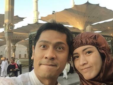 Pasangan selebriti Adi Nugroho dan Donita sedang menjalankan ibadah ke Tanah Suci. Perjalanan ini ia lakukan sejak, Senin (28/10/2019) dari Bandara Soekarno Hatta. Kini keduanya pun telah sampai di Tanah Suci. (Liputan6.com/IG/@donitabhubiy)