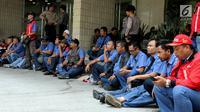 Aksi mogok Pekerja PT JICT di halaman kantor, Jakarta, Kamis (3/8). Aksi Mogok ini di mulai hari ini Kamis 3 Agustus hingga Kamis depan sehingga menyebakan total dari kerugian aksi tersebut diperkirakan sekitar Rp 200 miliar. (Liputan6.com/Johan Tallo)