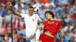 Gelandang Belgia, Axel Witsel, duel udara dengan striker Panama, Blas Perez, pada laga Piala Dunia 2018 di Stadion Fisht, Senin (18/6/2018). Belgia menang 3-0 atas Panama. (AP//Matthias Schrader)