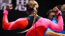 Serena Williams mengenakan pakaian ketat nan nyentrik yang didominasi warna merah.  (Foto: AFP/William West)