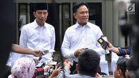 Presiden Joko Widodo dan pakar hukum tata negara, Yusril Ihza Mahendra memberi keterangan usai salat Jumat di Masjid Baitussalam di Kompleks Istana Bogor, Jawa Barat, Jumat (30/11). (Liputan6.com/HO/Biropers)