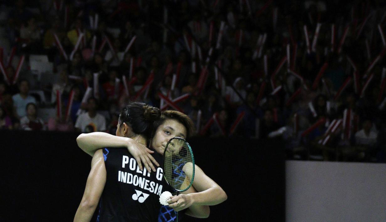Ganda putri Indonesia, Apriyani Rahayu, memeluk Greysia Polii usai dikalahkan ganda Jepang pada Indonesia Masters 2019 di Istora Senayan, Jakarta, Sabtu (26/1). Greysia / Apriyani gagal ke final. (Bola.com/Yoppy Renato)