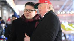 Dua pria berpakaian seperti pemimpin Korea Utara Kim Jong Un (kiri) dan Presiden AS, Donald Trump berpose bersama saat menghadiri upacara pembukaan Olimpiade Pyeongchang 2018 di Pyeongchang, Korea Selatan (9/2). (AFP Photo/Mohd Rasfan)