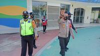 Aparat kepolisian membubarkan pengunjung tempat wisata wahana air Transera Water Park di Tarumajaya, Kabupaten Bekasi. (Liputan6.com/Bam Sinulingga)