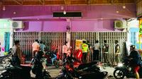 Petugas Covid-19 di Pekanbaru saat membubarkan kerumunan di toko pakaian yang menawarkan diskon. (Liputan6.com/M Syukur)