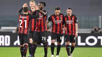 Para pemain AC Milan merayakan gol yang dicetak oleh Brahim Diaz ke gawang Juventus pada laga Liga Italia di Stadion Allianz, Senin (10/5/2021). AC Milan menang dengan skor 3-0. (Tano Pecoraro/LaPresse via AP)