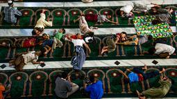 Warga beristirahat di dalam masjid saat melakukan iktikaf, Bandung (6/6). Umat muslim melakukan iktikaf atau berdiam dan beribadah di masjid juga untuk meraih malam Lailatul Qadar. (AFP/Timur Matahari)