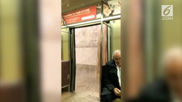 Rekaman hujan merembes masuk ke dalam subway di New York, Amerika.