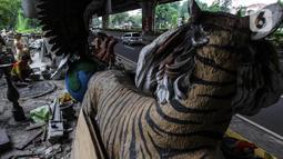 Perajin membuat patung berbahan dasar batu alam di Sanggar Dunia Batu Alam, Jakarta, Senin (5/12/2020). Sebelum pandemi Covid-19 perajin batu alam mengaku mendapatkan omzet Rp200 juta - Rp300 juta sebulan, namun kini hanya mampu mengantongi Rp30 juta - Rp50 juta sebulan. (merdeka.com/Imam Buhori)