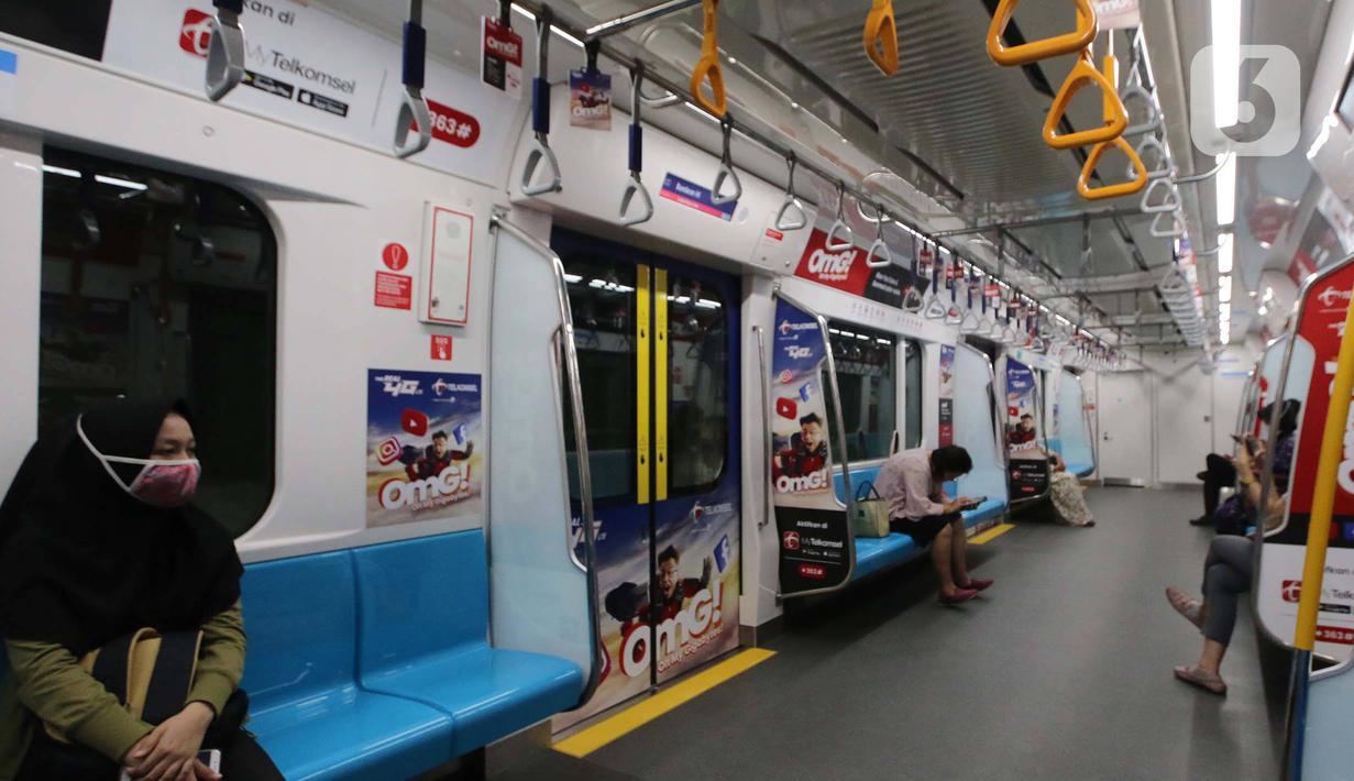 Penumpang menaiki kereta Moda Raya Terpadu (MRT) di Jakarta, Selasa (17/3/2020). Pemerintah Provinsi DKI menormalkan kembali pengoperasian transportasi umum di Ibu Kota dengan membatasi jumlah penumpang dalam tiap armadanya untuk menekan penyebaran virus corona Covid-19. (Liputan6.com/Angga Yuniar)