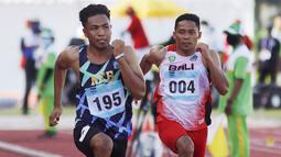 Lalu Mohammad Zohri pelari 100 meter putra asal Nusa Tenggara Barat (kiri) saat beraksi pada PON XX Papua 2021 di Stadion Atletik  Mimika Sport Complex, Kabupaten Mimika, Papua, Rabu (6/10/2021). (Foto: PB PON XX PAPUA 2021/ Ady Sesotya)