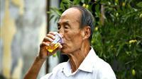Glek. Setiap hari selama 43 tahun, Bao meminum air seninya sendiri.