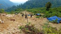 Tim gabungan dari Polri, TNI, Dinas LHK Banten dan Lebak, Satpol PP Banten dan Lebak, BPBD Banten dan Lebak merazia ratusan tambang ilegal yang diduga menjadi penyebab banjir bandang. (Liputan6.com/ Yandhi Deslatama)