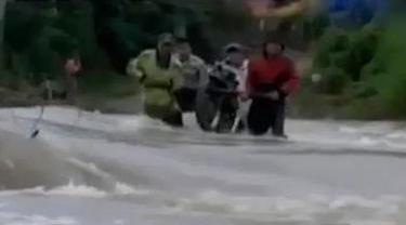 Banjir di Sumatera Selatan merobohkan sejumlah jembatan hingga seorang ibu muda asal Kanada begitu cekatan mengganti baju keempat anaknya.