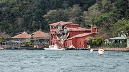 Pemandangan di sekitar gedung bersejarah yang rusak akibat kecelakaan kapal tanker di pantai Bosphorus, Istanbul, Turki (7/4). Gedung Hekimbasi Salih Efendi itu rusak berat usai ditabrak kapal tanker. (AFP Photo/Gurcan Ozturk)