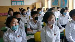 Para siswa yang memakai masker mengikuti kelas di Sekolah Menengah Atas Ryongwang di Pyongyang, Korea Utara, Rabu (3/6/2020). Korea Utara membuka kembali sekolah - sekolah di negara itu pada bulan ini setelah sebelumnya meliburkan karena kekhawatiran penyebaran virus corona. (AP/ Cha Song Ho)