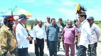 Jokowi meninjau pembangunan jalan di wilayah Desa Kenyam, Kabupaten Nduga, Provinsi Papua.