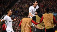 Winger Paris Saint-Germain, Angel Di Maria bereaksi ketika rekannya, Kylian Mbappe dikerumuni seusai mencetak gol ke gawang Manchester United pada leg pertama 16 besar Liga Champions di Stadion Old Trafford, Selasa (12/2). PSG menang 2-0 (FRANCK FIFE/AFP)