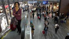 Aktivitas calon penumpang di Bandara Internasional Ataturk di kota Istanbul, Rabu (19/4). Bandara yang dibuka untuk publik pada tahun 1924 ini merupakan bandara terbesar dan tersibuk di Turki. (Liputan6.com/Immanuel Antonius)