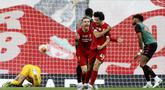 Pemain Liverpool, Curtis Jones, melakukan selebrasi usai mencetak gol ke gawang Aston Villa pada laga Premier League di Stadion Anfield, Minggu (5/7/2020). Liverpool menang 2-0 atas Aston Villa. (AP/Carl Recine)